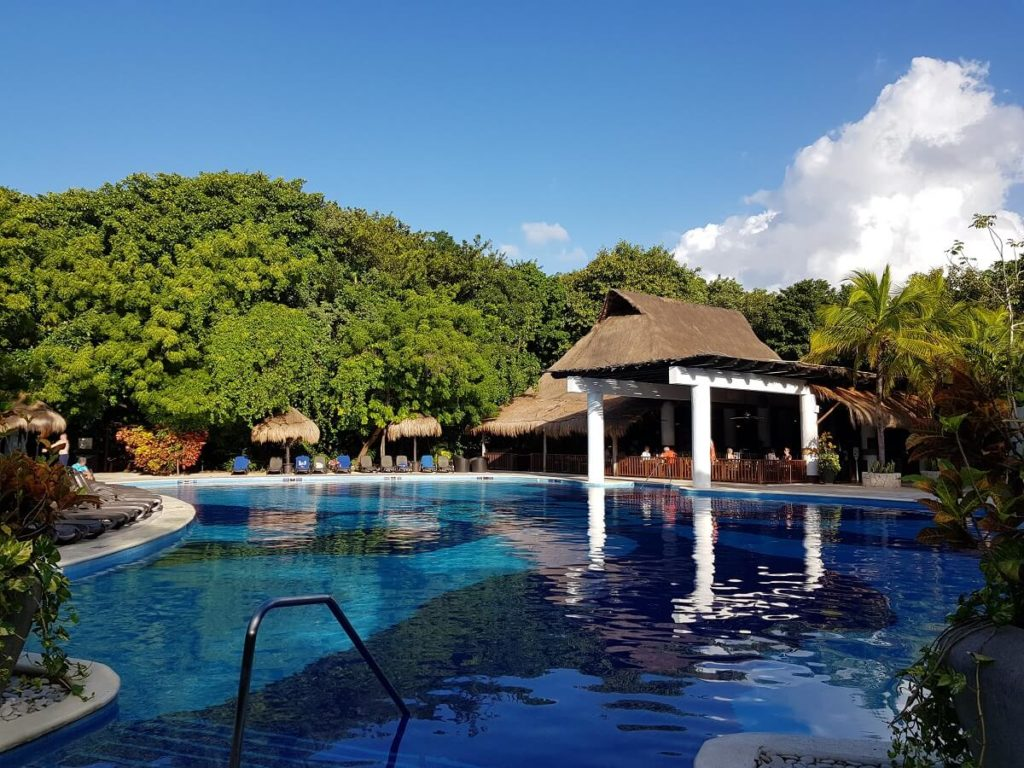 select club pool and restaurant at sandos caracol