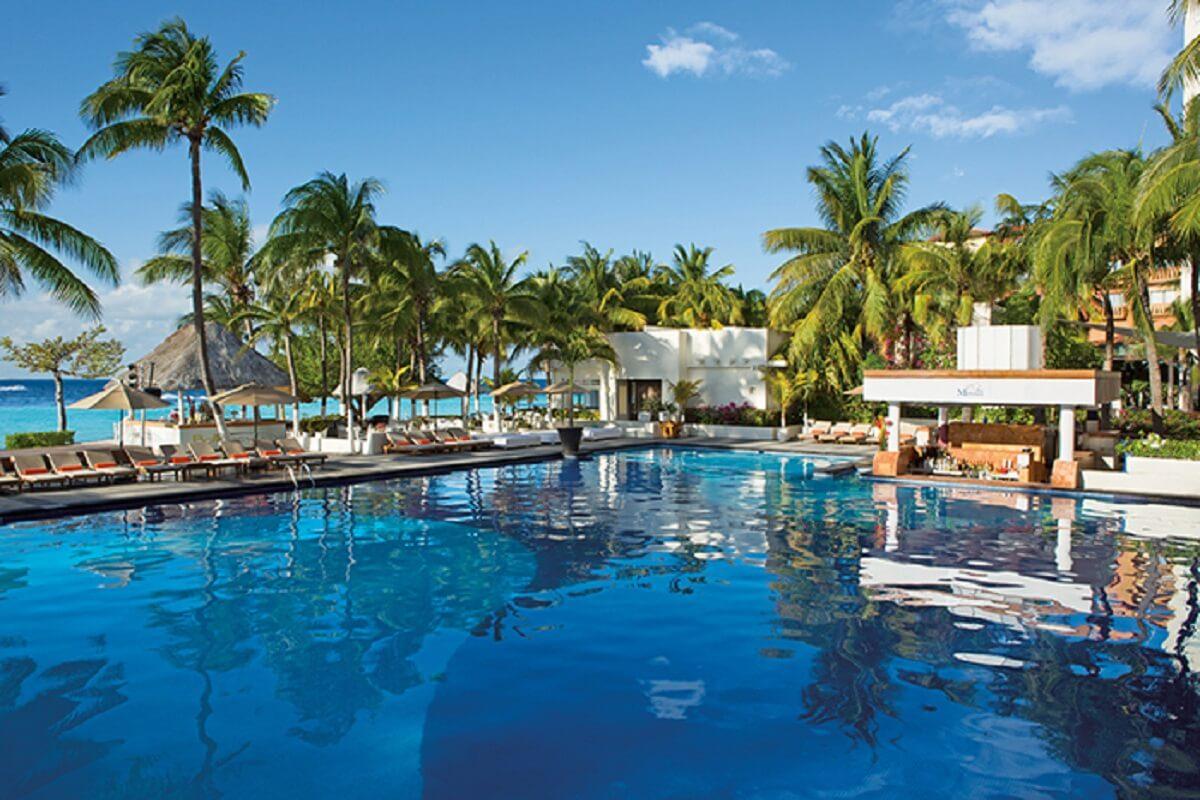 Swim up bar & main pool at Dreams Sands