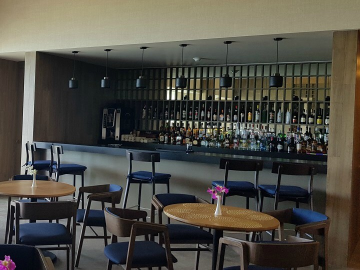 preferred club bar area with high blue stools at dreams vista cancun